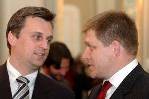 Predseda národniarov Andrej Danko (vľavo) s predsedom Smeru Robertom Ficom.