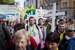 O kríže nebola núdza. Veriaci zaplnili Námestie SNP aj okolité ulice. Do Bratislavy ich zvážali za päť eur.