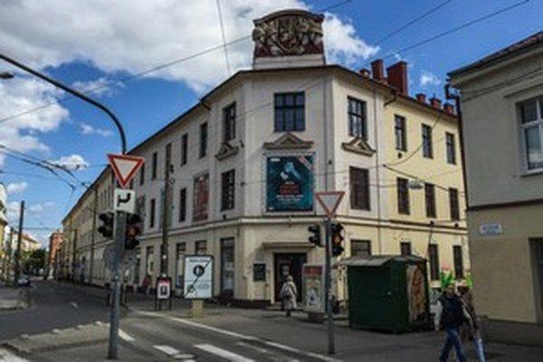 Bývalé Hurbanove kasárne v Bratislave získalo v roku 2010 ministerstvo kultúry ako prebytočný majetok od rezortu obrany. Dnes je tam kultúrne centrum.