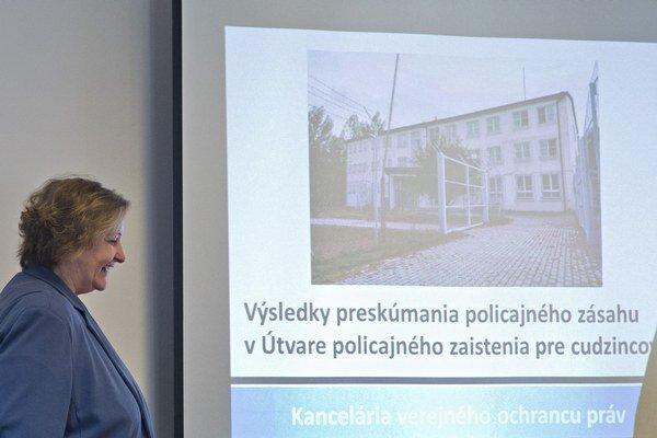 Ombudsmanka Jana Dubovcová prezentuje závery kontroly.