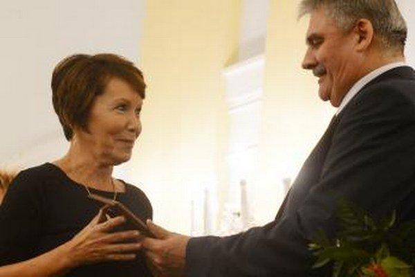 Minister práce Ján Richter odovzdáva ocenenie Sociálny čin roka.