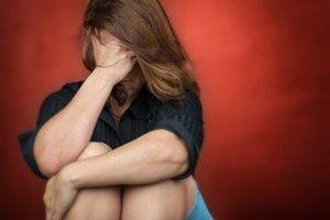 Muž ženu obchytkával a chcel ju zatiahnuť do svojho bytu.