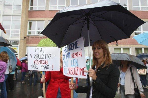 Učiteľom k vyšším platom nepomohli ani protesty či hrozba prerušenia vyučovania.