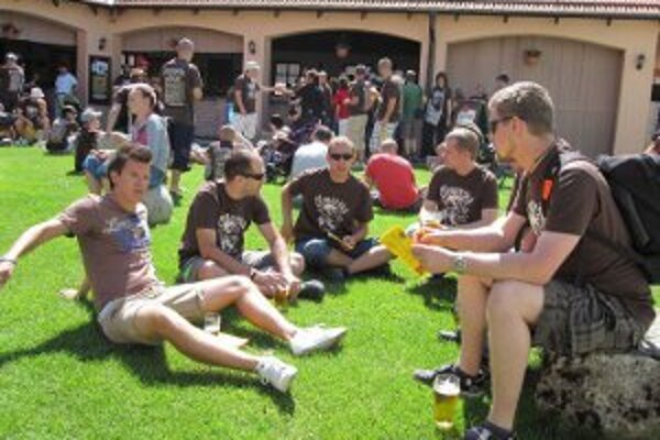 Pivný pochod ponúka možnosť stráviť deň s priateľmi.