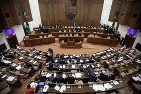 Pred bránami parlamentu by ostali SaS (4,5%), KSS (1,9%), ĽS NS (1,9%) a SDKÚ-DS (1,8%).