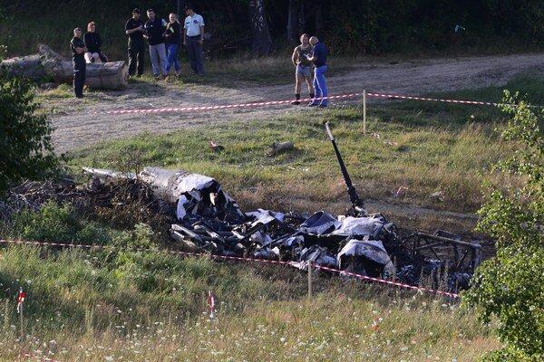 Na snímke vrak havarovaného vojenského vrtuľníka, ktorý sa zrútil pri obci Hradisko v okrese Prešov.