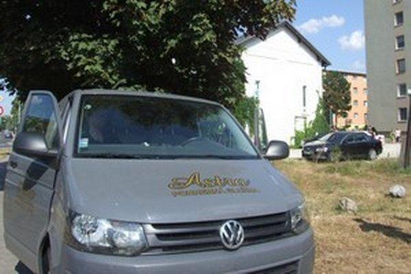 V zaparkovanom aute na Ulici Janka Kráľa v Nitre našli mŕtve dieťa.