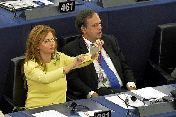 Monike Flašíkovej–Beňovej (Smer) pri práci europoslankyne asistuje exmanželka ministra obrany.