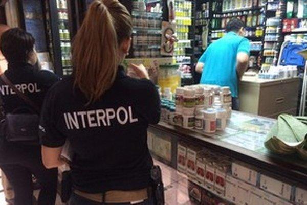 Medzinárodná polícia tento rok presunula kontroly z kamenných predajní na internet.