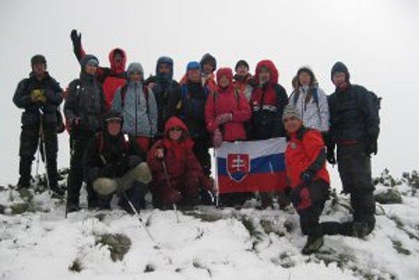 Turistom spestril deň na vrchole hrebeňa sneh.