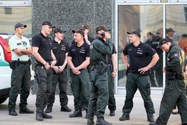 Policajtom v teréne vyššie platy jej vedenie momentálne nevybavuje.