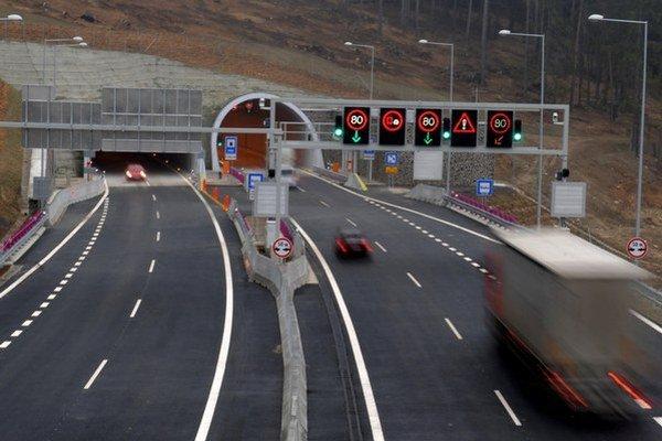 Únikové cesty v diaľničných tuneloch majú nové značenie.