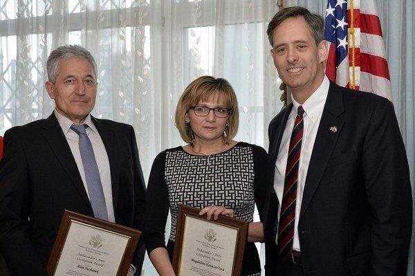 Ocenenie za boj proti korupcii si prevzali lekári Alan Suchánek a Magdaléna Kovačičová.