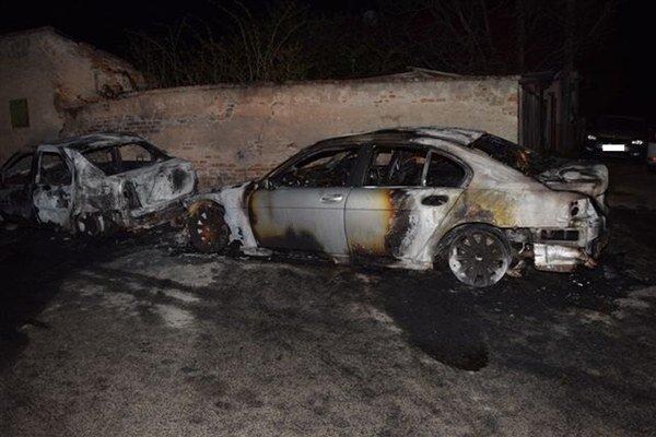 Pred jedným z rodinných domov došlo k požiaru áut značiek Dacia Logan a BMW 730, poškodilo sa aj tretie auto značky Škoda Roomster.