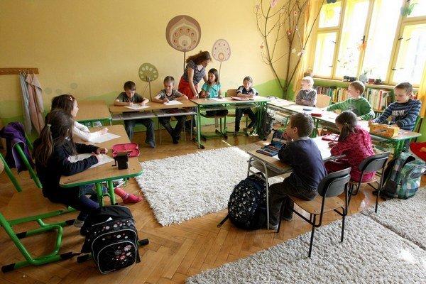 Nové zmluvy na určitý čas majú učiteľom pokryť aj čas prázdnin.