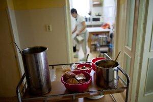 V nemocniciach pre pacientov a zamestnancov často varia a kupujú jedlo externé firmy.