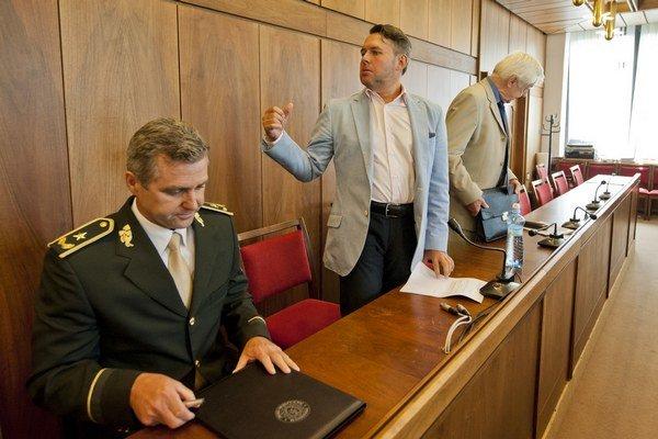 Na snímke zľava prezident policajného zboru Tibor Gašpar, podpredseda výboru NR SR pre ľudské práva a národnostné menšiny Vladimír Jánoš a predseda výboru Rudolf Chmel.