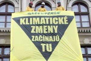 Aktivisti Greenpeace Slovensko na balkóne ministerstva životného prostredia.