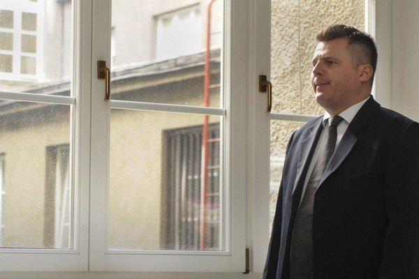 Ivan Beňačka, ktorý údajne vymáhal peniaze od podnikateľov v mene Vladimíra Mečiara, čakal takto pred súdnou sieňou v Justičnom paláci 13. októbra 2008 v Bratislave.