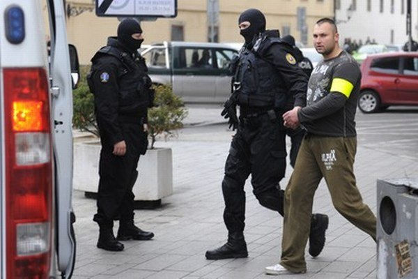 Policajná eskorta odváža jedného z obžalovaných členov gangu piťovcov Adama Š. z Najvyššieho súdu.