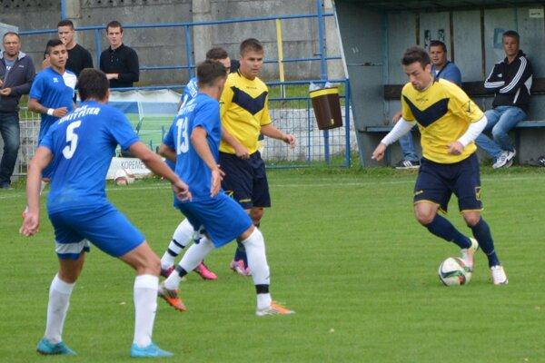 Futbalisti zo Svätého Petra (v modrom) prehrali v H. Obdokovciach rozdielom triedy.