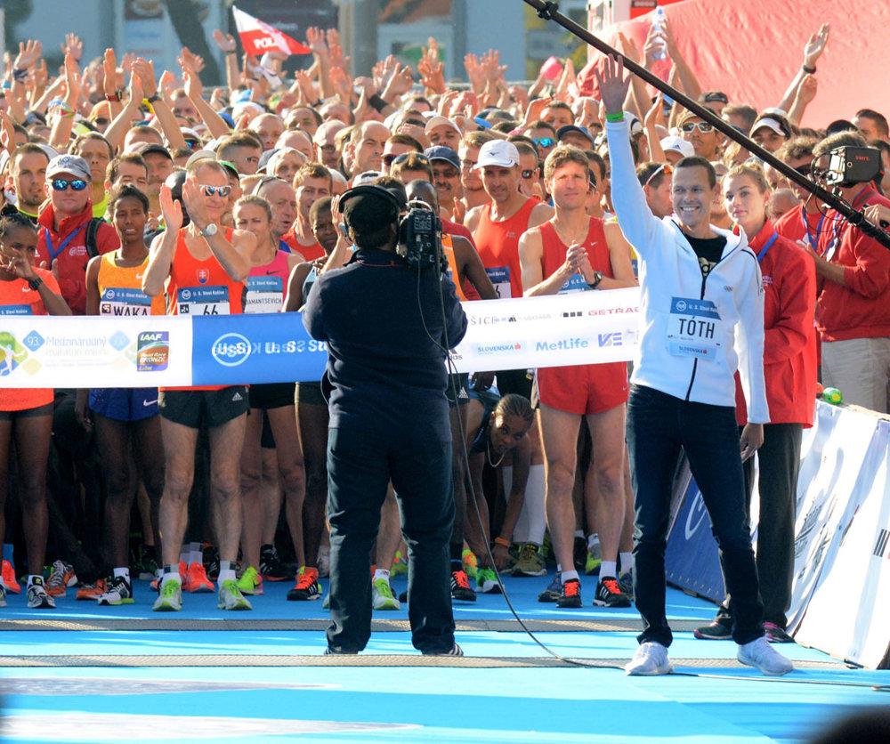 Asistentom štartéra maratónu bol olympijský šampión v chôdzi na 50 kilometrov Matej Tóth. V poli štartujúcich bežcov bol aj jeho otec a tiež brat.