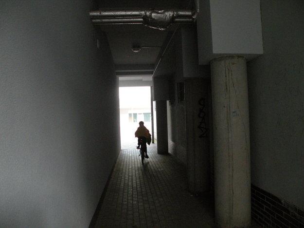 Kamery majú odradiť vandalov a výtržníkov. Podchod spájajúci ulicu I. Houdeka s vnútroblokom bytovky na Hollého ulici, kde tiež pribudne kamera, často páchne močom.