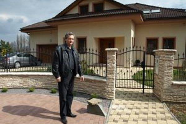 Dušan Šimka pred domom ukazuje kameň, pod ktorým nechal desaťtisíc eur.