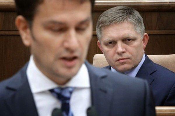 Robert Fico na mimoriadnej schôdzi, pred ním líder OĽaNO Igor Matovič.