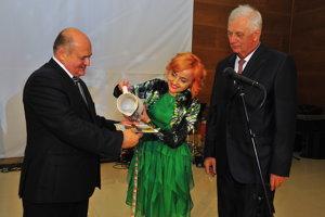 Nová publikácia. Vodou ju pokropila Katarína Macháčková, Vojtech Čičmanec (vľavo) a Michal Sýkora.
