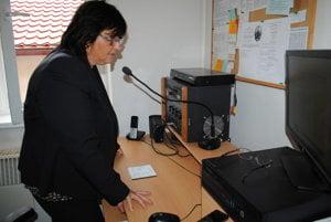 Agáta Černegová. Pracovníčka úradu oznamuje obecným rozhlasom smutnú správu.