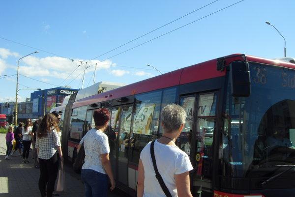 Mestská doprava. Na budúci rok by malo na linkách jazdiť 15 nových trolejbusov.