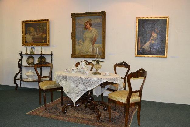 Okrem autorových diel vystavujú aj jeho nábytok.