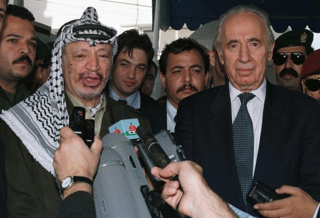 Jásir Arafat so Šimonom Peresom.