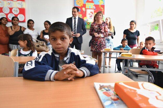 Modulovú školu pre rómskych žiakov napriek protestom zo strany majority aj rómskej minority postavili a pred rokom slávnostne otvorili.
