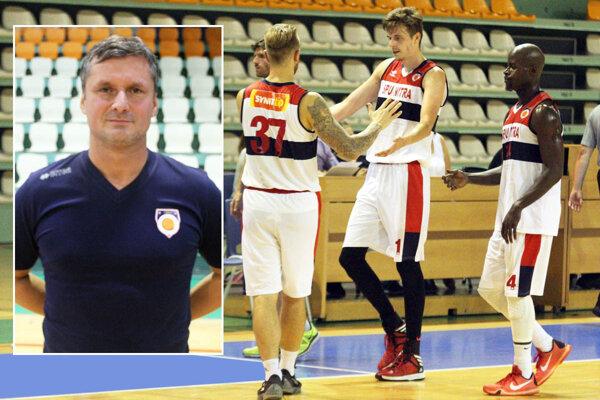 Vľavo vo výreze prezident MBK SPU Nitra Stanislav Michalík. Sprava Demeritte, Štefek, Pejovič, za ním schovaný tréner a manažér Peter Seman.