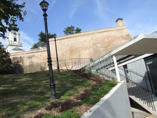 Kaviareň je pod úrovňou terénu, z hradu k nej vedú schody.