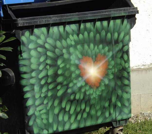 Kontajner na odpadky pri garážach.