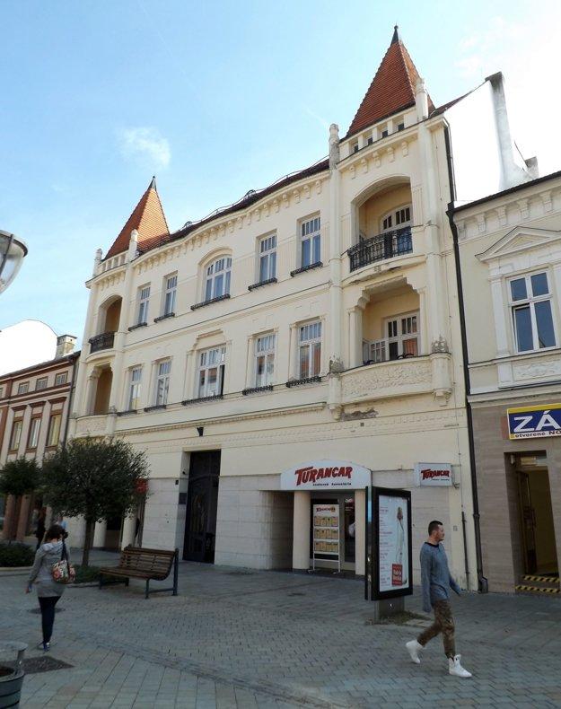 Približne v rovnakom období bol vybudovaný aj dom na Štefánikovej 13, ktorý má tiež vežičky.