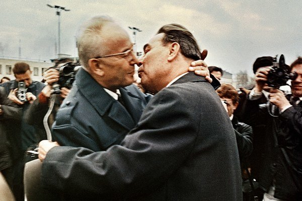 Fotografia, ktorá sa stala symbolom zvláštneho spojenectva. Gustáv Husák a Leonid Brežnev.