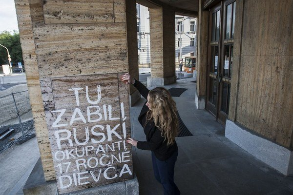 Na fasáde budovy Univerzity Komenského v Bratislave obnovili nápisy z roku 1968.