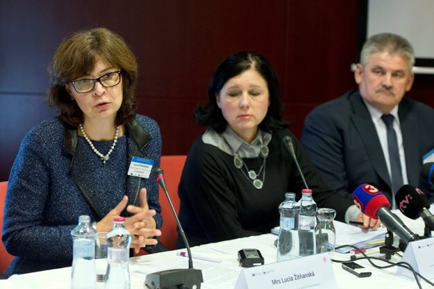 Z tlačovej konferencie Zlepšenie postavenia rómskej mládeže ako hnacej sily zmien 10. októbra 2016 v Bratislave. Zľava Lucia Žitňanská, Věra Jourová, Ján Richter.