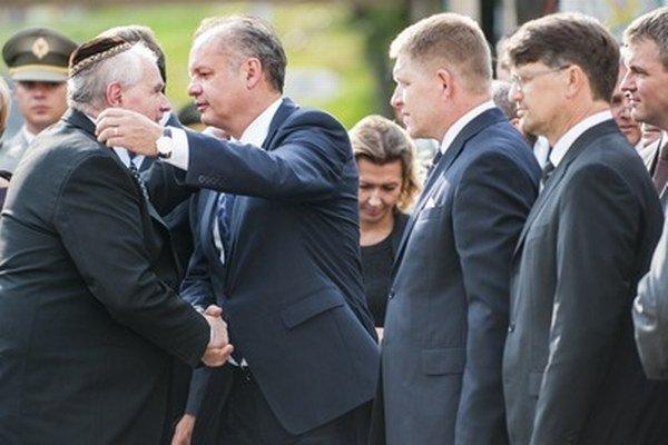 Riaditeľ Múzea židovskej kultúry v Bratislave Pavol Mešťan a prezident Andrej Kiska počas pietnej spomienky na obete holokaustu.