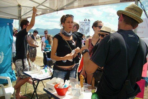 Program Sex/Drogy zastrešuje občianske združenie Odyseus. Chodieva najmä na letné festivaly, kde dokáže osloviť najviac mladých ľudí na jednom mieste. Mladí ľudia sa o témy bezpečnejšieho sexu a bezpečnejšieho užívania drog zaujímajú, mávajú veľa otázok.