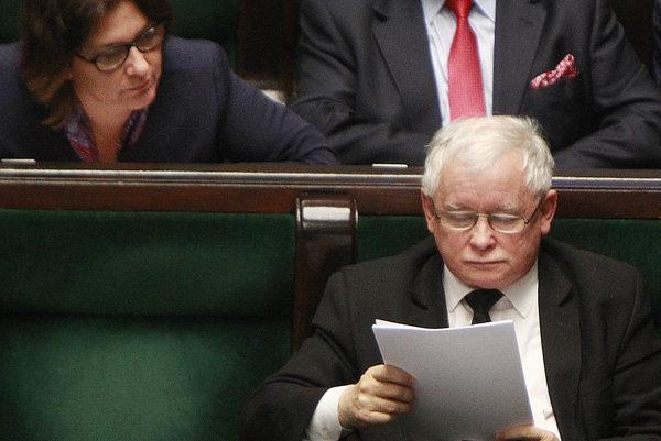Kaczynski sa v parlamente nudil, čítal si príručku o mačkách