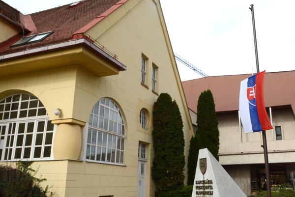 Prezidentská kancelária v Košiciach. Smútila už dva dni pred začiatkom štátneho smútku.
