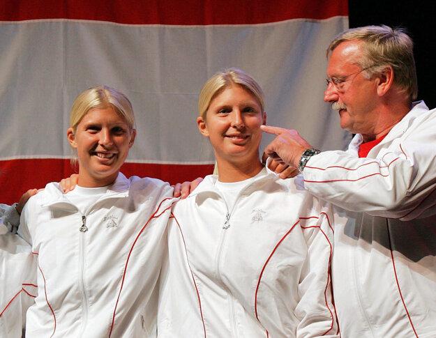 Sandra Klemenschitsová (vľavo) a Daniela Klemenschitsová pózujú v Lausanne v roku 2005. Daniela zomrela 9.apríla 2008 po prehre s rakovinou.