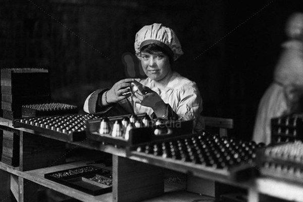 Vo fabrikách pre mužov vyrábali muníciu.