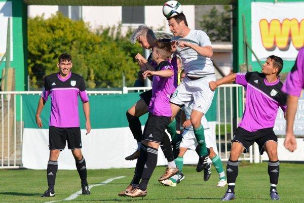 Futbalisti FC Horses (vo fialovom) dosiahli štvrté víťazstvo v sezóne. Snímka je z duelu vo Veľkom Mederi.