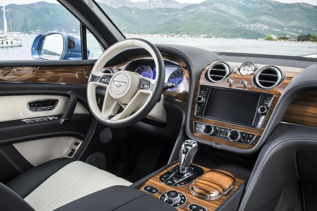 Elegantný kokpit vyžaruje luxus. Naftová verzia luxusného modelu Bentayga zrýchli z 0 na 100 km/h za 4,8 sekundy a dosiahne maximálnu rýchlosť 270 km/h.